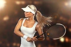 Härlig kvinna som tycker om den stora leken av tennis royaltyfria bilder