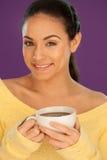 Härlig kvinna som tycker om en kopp av kaffe Arkivbild