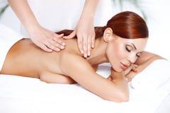 Härlig kvinna som tycker om en massage Royaltyfri Fotografi