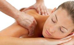 Härlig kvinna som tycker om en tillbaka massage arkivbild