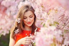 Härlig kvinna som tycker om fältet, nätt koppla av för flicka som är utomhus- Arkivbild