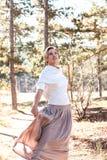 Härlig kvinna som tycker om höstdag i skog royaltyfri fotografi