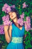 Härlig kvinna som tycker om lukten av blommor Royaltyfri Foto