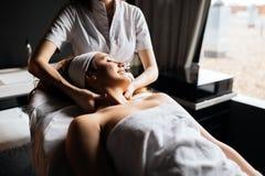 Härlig kvinna som tycker om massage arkivbild