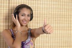 Härlig kvinna som tycker om musik royaltyfri fotografi