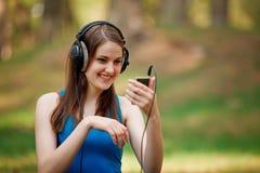 Härlig kvinna som tycker om musiken Royaltyfri Foto
