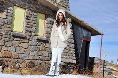 Härlig kvinna som tycker om solen i vintern Royaltyfria Foton