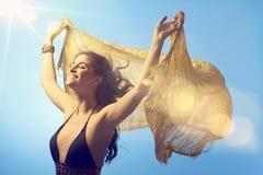 Härlig kvinna som tycker om solsken på sommartid arkivbild