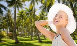 Härlig kvinna som tycker om sommar över palmträd arkivfoto