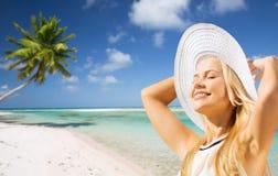Härlig kvinna som tycker om sommar över stranden fotografering för bildbyråer