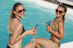 Härlig kvinna som tycker om varm sommardag på poolsiden fotografering för bildbyråer