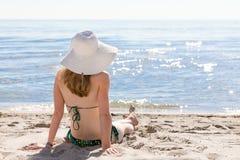 Härlig kvinna som tycker sig om på stranden stranden Arkivfoton