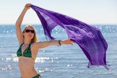 Härlig kvinna som tycker sig om på stranden stranden Fotografering för Bildbyråer