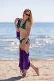 Härlig kvinna som tycker sig om på stranden stranden arkivbilder