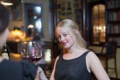 Härlig kvinna som ut tycker om en natt med vänner Fotografering för Bildbyråer