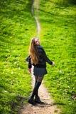 Härlig kvinna som utomhus går på vandringsledet royaltyfri bild