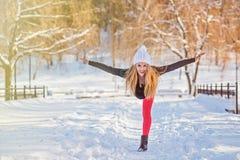 Härlig kvinna som utomhus gör yoga i snön Arkivfoton