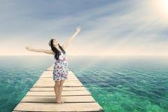 Härlig kvinna som utomhus tycker om ny luft royaltyfri fotografi