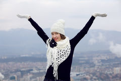 Härlig kvinna som utomhus tycker om vinter royaltyfri foto