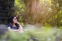 Härlig kvinna som writeing på boken på teble suddig bakgrund, b royaltyfria bilder