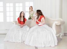 Härlig kvinna tre i medeltida klänningsamtal Royaltyfri Fotografi