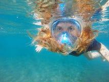 Härlig kvinna under vatten för dyk till korallreven royaltyfria foton