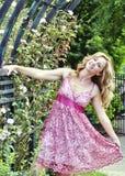 Härlig kvinna utanför dans Royaltyfri Fotografi