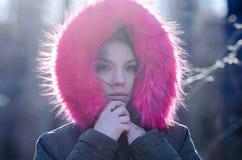 Härlig kvinna utanför i ett mycket kallt väder Arkivbild