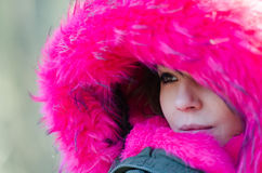 Härlig kvinna utanför i ett mycket kallt väder Royaltyfri Foto