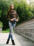 Härlig kvinna utomhus med tappningkameran Royaltyfria Bilder