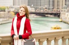 Härlig kvinna vid Chicago River royaltyfria bilder