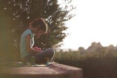 Härlig kvinna vid pölen med smartphonen fotografering för bildbyråer