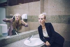 Härlig kvinnaaffärskvinna framme av en spegel med en reflec fotografering för bildbyråer
