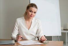 Härlig kvinnaaffärskvinna på kontoret Arkivbild