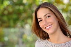 Härlig kvinnaansiktsbehandling med ett perfekt vitt leende Arkivfoton