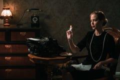 Härlig kvinnabränningbokstav i retro inre arkivbilder
