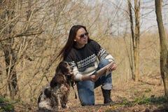 Härlig kvinnabrunett och bruntcockerspaniel i skogen Fotografering för Bildbyråer