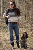 Härlig kvinnabrunett och bruntcockerspaniel i skogen Royaltyfria Bilder
