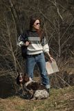 Härlig kvinnabrunett och bruntcockerspaniel i skogen Royaltyfri Foto