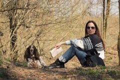 Härlig kvinnabrunett och bruntcockerspaniel i skogen Royaltyfri Bild
