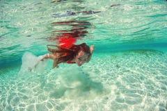 Härlig kvinnadam i det röda havet för badklänningvatten arkivfoton