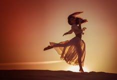 Härlig kvinnadans på solnedgången Arkivfoto