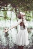 Härlig kvinnafröjd i glädjerna av naturen Arkivbild