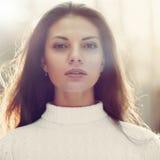 Härlig kvinnaframsida - closeupstående royaltyfri foto
