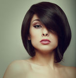 Härlig kvinnaframsida för makeup med stil för kort hår Arkivfoton
