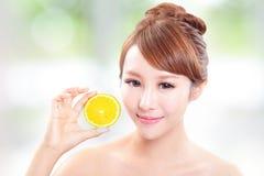 Härlig kvinnaframsida med den saftiga apelsinen Royaltyfria Bilder