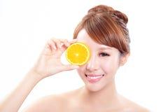 Härlig kvinnaframsida med den saftiga apelsinen Arkivfoto