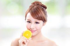 Härlig kvinnaframsida med den saftiga apelsinen Fotografering för Bildbyråer