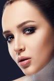 _ Härlig kvinnaframsida med röd läppstift på fylliga fulla sexiga kanter Closeup av munnen för flicka` s med yrkesmässig kantmake Arkivbild