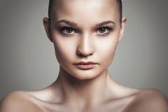Härlig kvinnaframsida. Perfekt makeup. Skönhetmode arkivfoto